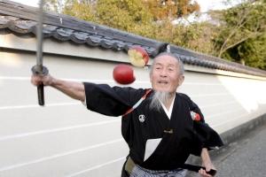 Joesan-cutting-an-apple-with-a-sword
